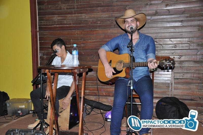 Veja quem esteve curtindo o show acústico com a dupla João Marcos e Juliano na lanchonete Rustico Bakanizado
