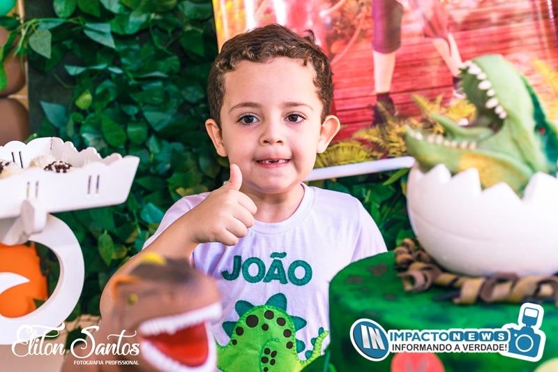 O Pequeno Arthur completo 5 aninhos com uma festa linda com o tema 'Dinossauros'; veja as fotos