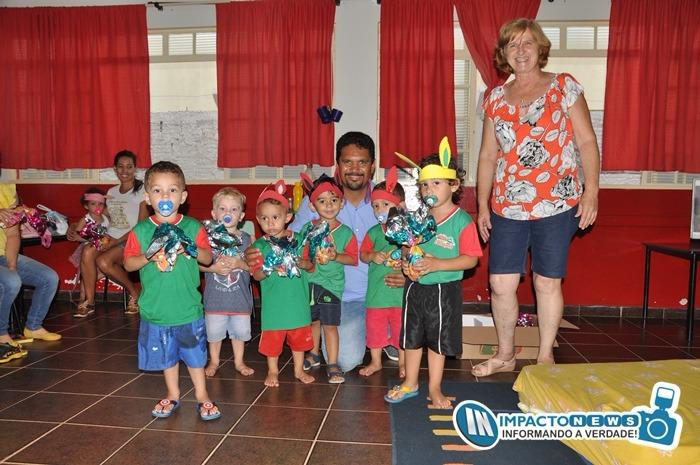 Entrega de Ovos de Pascoa para as crianças da Rede Municipal de Ensino pela Primeira Dama, Lurdes Sartor