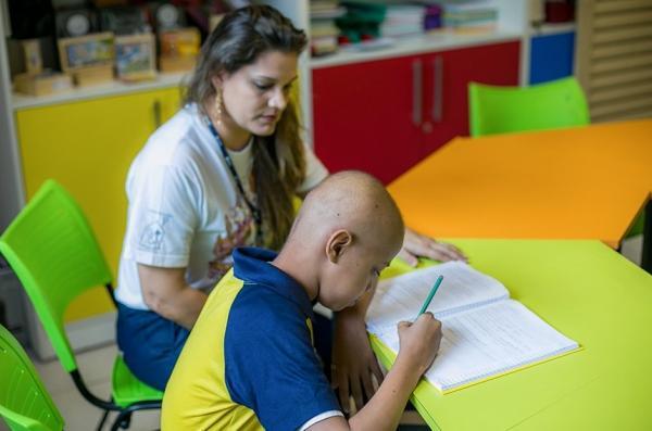 Lei garante assistência educacional a aluno internado para tratamento