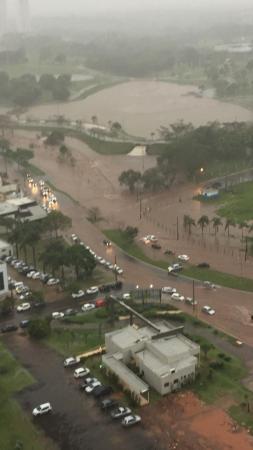 """Temporal """"fecha"""" aeroporto, arrasta carros e deixa rastro de destruição"""