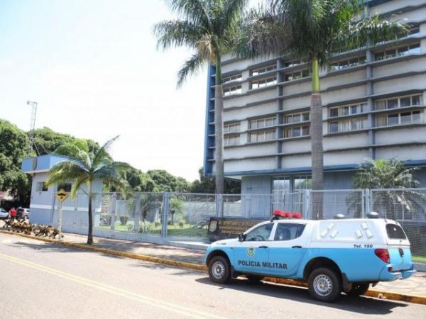 Policiais militares levaram um dos presos a sede da PF em Campo Grande nesta manhã (Foto: Paulo Francis)
