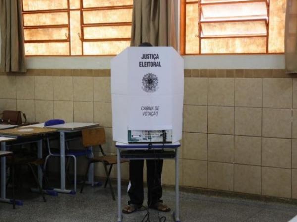Votação na Escola Municipal Padre Thomaz Girardeli, no Dom Antônio; TRE afirma que sistema da urna eletrônica funciona normalmente. (Foto: Paulo Francis)