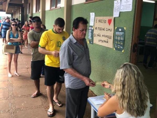 Eleitores fazem fila para votar em escola pública de Dourados (Foto: Carol Oliveira/RIT TV)