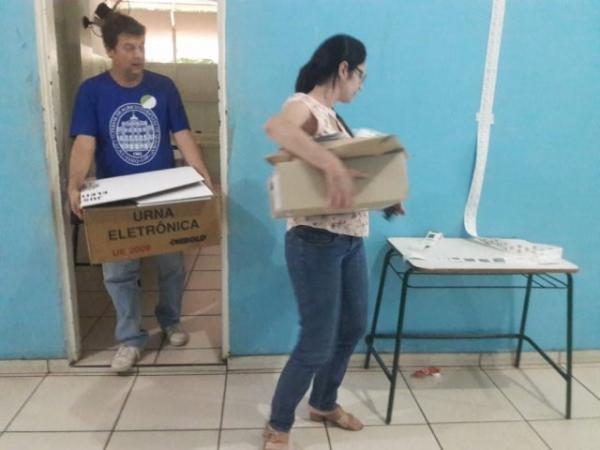 Funcionários levam urnas depois da eleição na Escola Estadual Lúcia Martins Coelho (Izabela Sanchez)