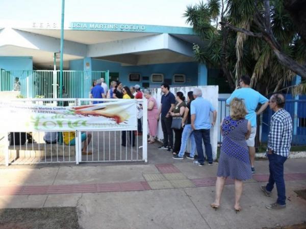 Eleitores na frente da Escola Lúcia Martins Coelho, no domingo (7), dia da votação. (Foto: Paulo Francis/Arquivo).