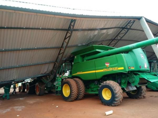 Vendaval destelha barracão e danifica máquinas agrícolas em fazenda