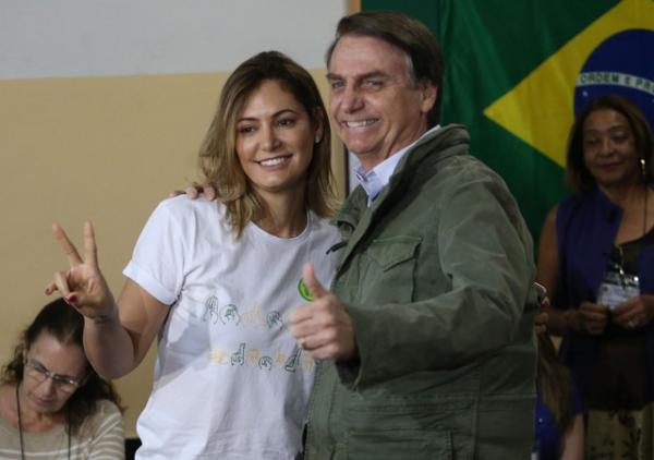 Jair Bolsonaro, acompanhado da esposa Michelle, vota na Escola Municipal Rosa da Fonseca, no bairro da Vila Militar, zona norte do Rio, no domingo (28) — Foto: Estadão Conteúdo/Wilton Junior
