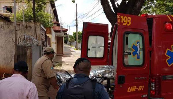 'Muito sangue pela casa': PM flagra homem agredindo mulher a marteladas e pauladas
