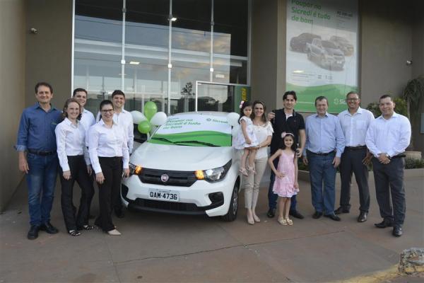 Promoção da Sicredi Centro-Sul MS entrega carro 0km para associado de Itaquiraí