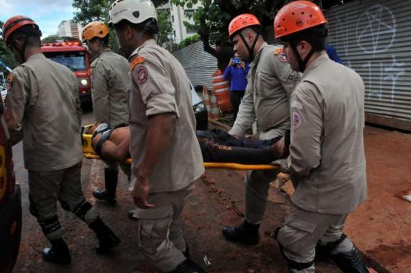 Operário é salvo por colegas após ser soterrado em construção