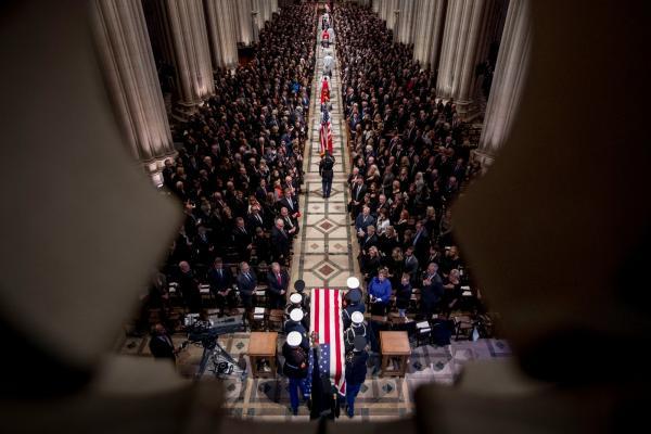 Soldados entram carregando o caixão com o corpo do ex-presidente George H. W. Bush na Catedral Nacional em Washington — Foto: Andrew Harnik/Pool via Reuters
