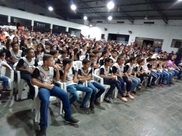 Contra as drogas e a violência, 245 estudantes receberam o certificado do PROERD em Deodápolis
