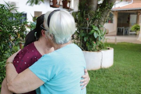 Quando a mãe fez 85 anos, filha tomou difícil decisão de procurar lar de idosos
