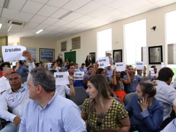 Plateia fez protesto silencioso levando cartazes com os nomes dos rios de Bonito, Jardim e Bodoquena (Foto: Kísie Ainoã)