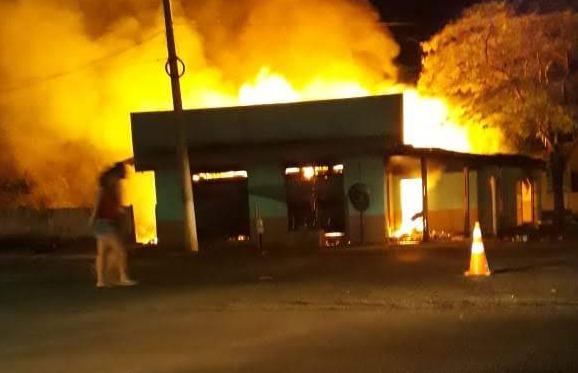 Fogo destrói lanchonete em Itaquirai e casa em Fátima