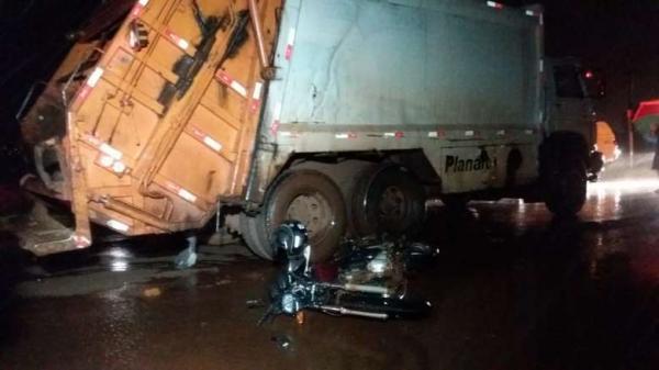 Motociclista morre ao colidir contra caminhão de coleta de lixo