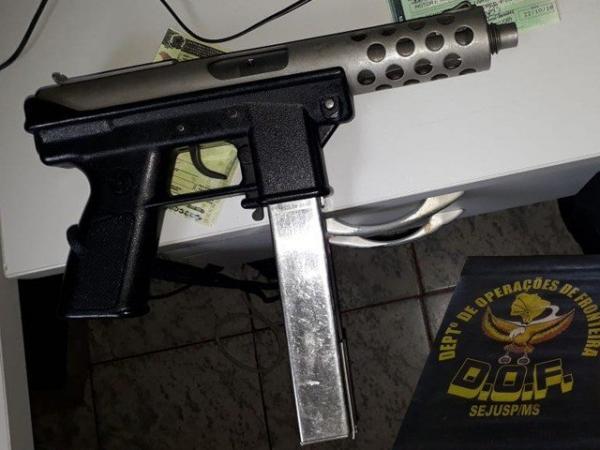 Polícia prende dois homens com submetralhadora e munições