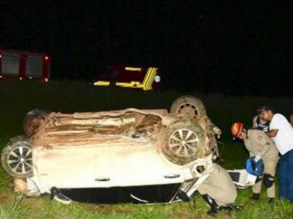 Carro colide em poste de rotatória e motorista morre na hora