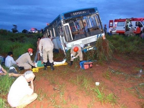 Ônibus com 21 trabalhadores cai em ribanceira e deixa ao menos 8 feridos