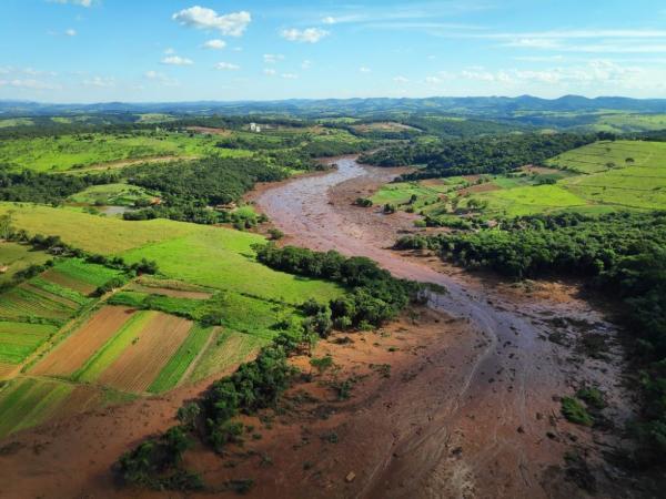 Foto aérea da devastação provocada pela lama em Brumadinho — Foto: Cavex/Divulgação