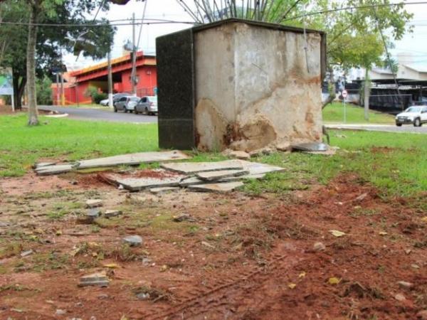 Mármore que envolve monumento foi quebrado. (Foto: Marina Pacheco)