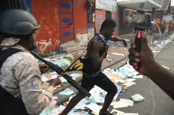Um jornalista ferido em novas manifestações violentas no Haiti