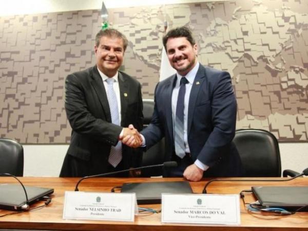 Nelsinho Trad e o vice da comissão, senador Marcos do Val, após eleição (Foto: Divulgação/Senado)