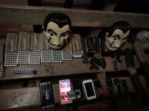 """Policiais encontraram pistolas, fuzil e até máscaras de personagens da série """"La Casa de Papel"""". - Crédito: (Cândido Figueiredo/ReproduçãoABCCollor)"""