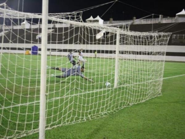 Goleiro Jota se estica, mas não consegue evitar o primeiro gol do Botafogo na partida - Crédito: (Paulo Francis)