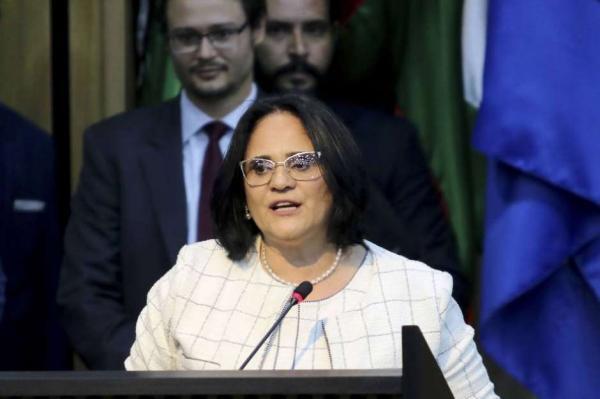 Nova polêmica: Ministra Damares aconselha pais de meninas a fugirem do Brasil durante entrevista