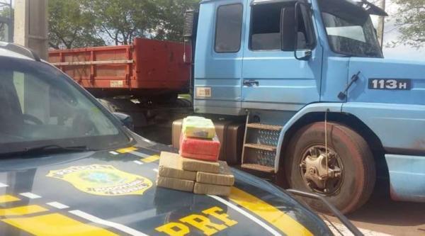Motorista demonstra nervosismo e PRF descobre 6,8 kg de cocaína em carreta