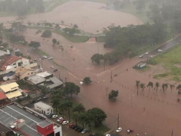 Temporal alaga vias em Campo Grande e deixa motoristas ilhados
