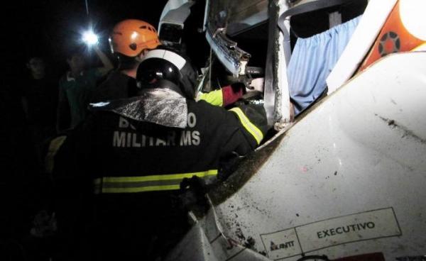 Colisão frontal entre ônibus e camionete deixa dois mortos e sete feridos na BR-163