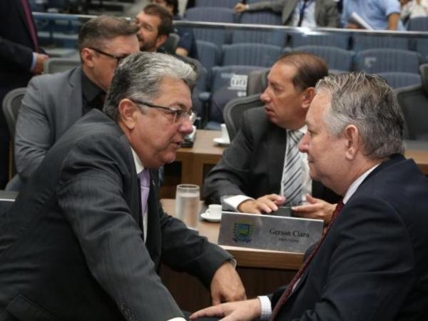Deputados Evander Vendramini (PP), autor do projeto, ao lado de Antônio Vaz (PRB), durante sessão (Foto: Assessoria/ALMS)