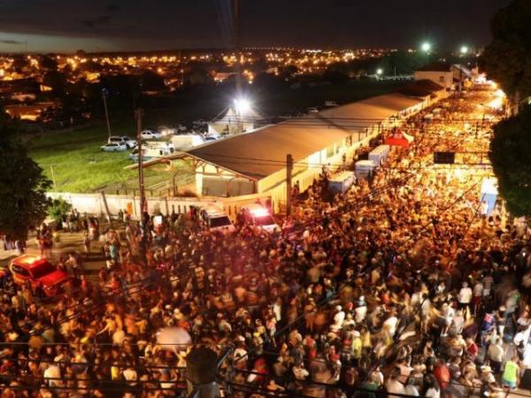 Público reunido na Esplanada Ferroviária em Campo Grande. - Crédito: Henrique Kawaminami/Campo Grande News