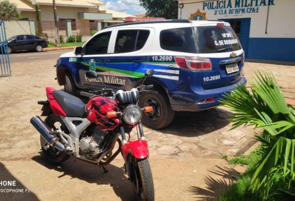 Jovem que se exibia nas redes sociais empinando moto foi surpreendido pela PM em Glória de Dourados