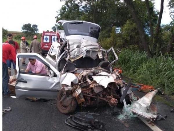 Quatro pessoas morrem em acidente entre carro e carreta na BR-158
