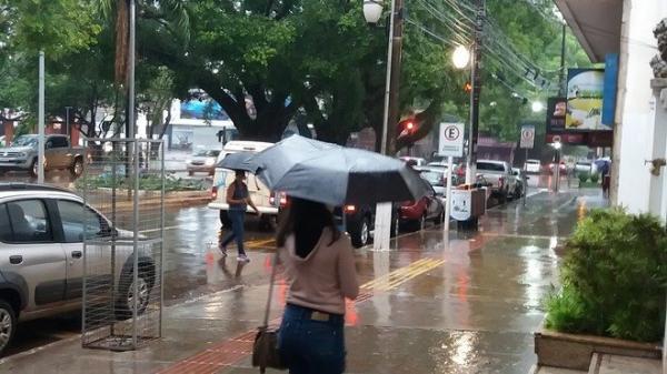 Tempo deve permanecer chuvoso ao longo do dia