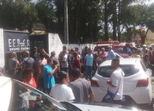 Movimento em frente ao portão da Escola Estadual Raul Brasil de Suzano, na Grande São Paulo, após tiroteio ocorrido nesta quarta-feira (13) Foto: WERTHER SANTANA / Estadão Conteúdo