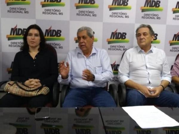 Puccinelli em entrevista nesta manhã, ao lado da senadora Simone Tebet e do ex-senador Waldemir Moka (Foto: Leonardo Rocha)