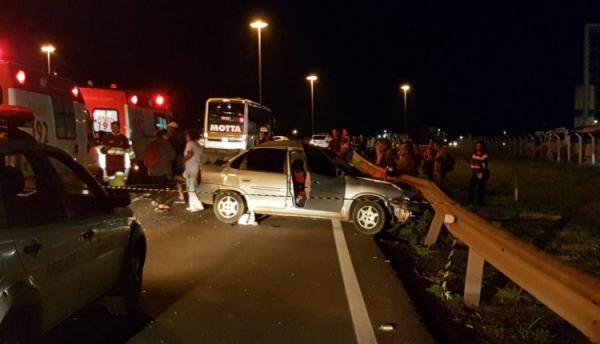 Criança fica gravemente ferida após acidente entre ônibus e carro