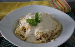 Aprenda a preparar esta receita super fácil de macarrão com molho branco