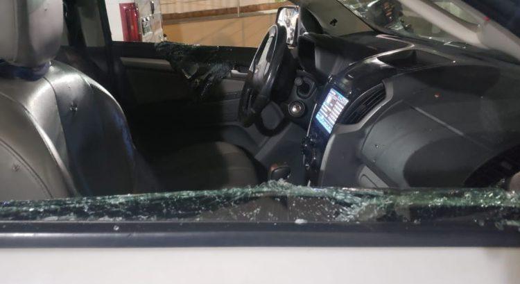 Caminhonete ficou com janelas destruídas. - Crédito: (Divulgação)