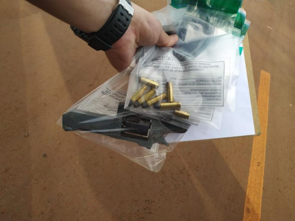 Arma apreendida com um dos mortos - Foto: Sidnei Bronka
