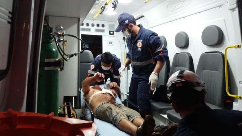 Vítima de tentativa de homicídio sendo socirroda pelo Samu. - Crédito: Osvaldo Duarte/Dourados News