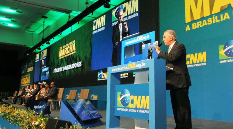 Governador Reinaldo Azambuja em discurso na marcha de prefeitos - Crédito: Edson Ribeiro