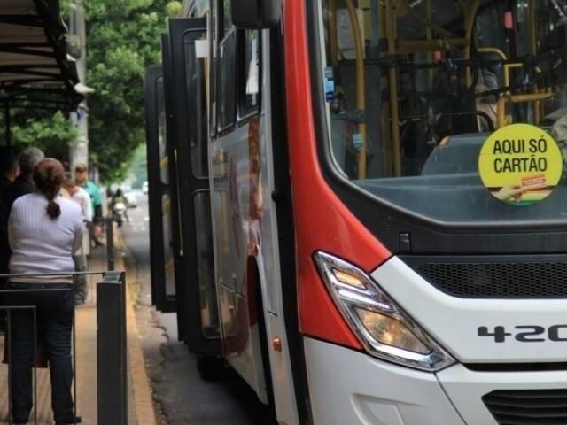 Ônibus da frota do Consórcio Guaicurus parado em um dos terminais de Campo Grande (Foto: Arquivo/Campo Grande News)