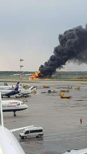 Imagens mostram incêndio no avião da Aeroflot no aeroportode Moscou - Crédito: Riccardo Dalla Francesca via AP