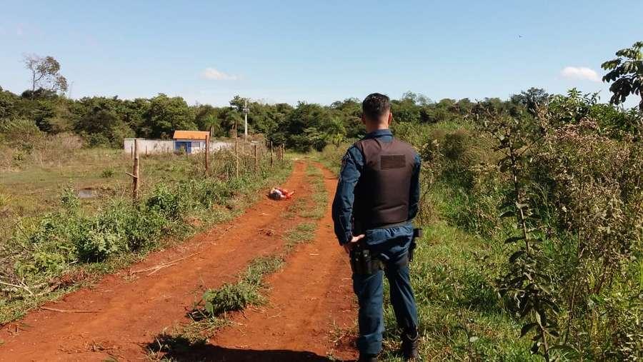 Corpo foi deixado numa estrada vicinal da região - Crédito: Dourados News (adsbygoogle = window.adsbygoogle || []).push({}); SAIBA MAIS ESTRELA VERÁ AGORA: Corpo de mulher é encontrado com sinais de tortura em Dourados